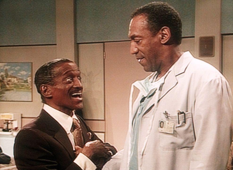 Ray Palomino (Sammy Davis jr., l.) ist wegen seiner Enkelin in die Sprechstunde von Dr. Cliff Huxtable (Bill Cosby, r.) gekommen. - Bildquelle: Viacom