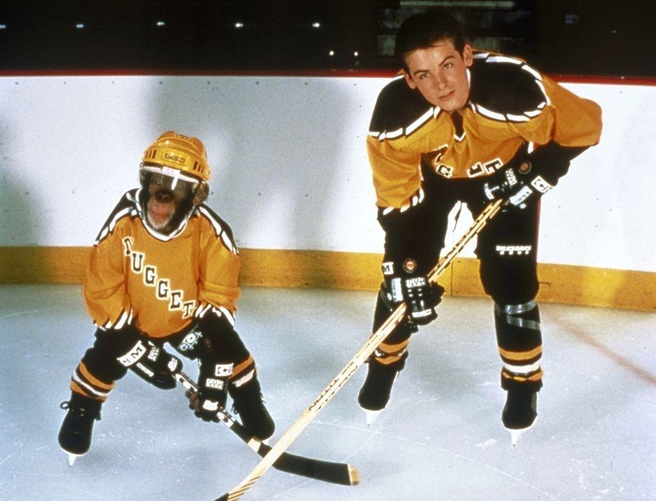 Bevor der intelligente Affe Jack auftaucht, gehört Stevens (Kevin Zegers, r.) Eishockey-Team zu den größten Verlierern der Liga. Doch mit dem Sup...
