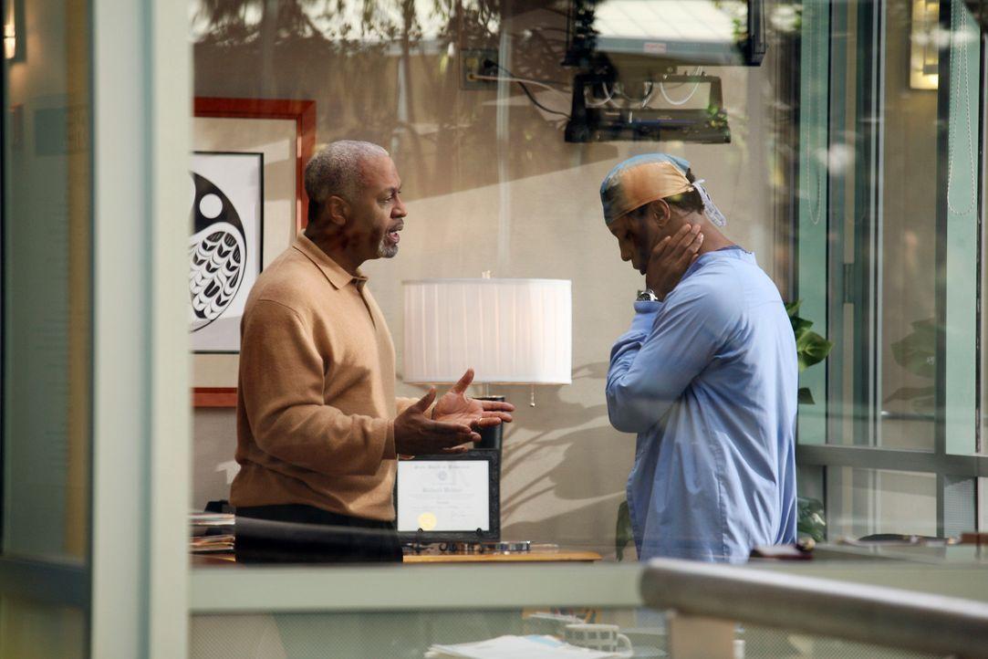 Nachdem Cristina bei Webber (James Pickens Jr., l.) war, muss sich Burke (Isaiah Washington, r.)  für sein Verhalten verantwortlich machen ... - Bildquelle: Touchstone Television