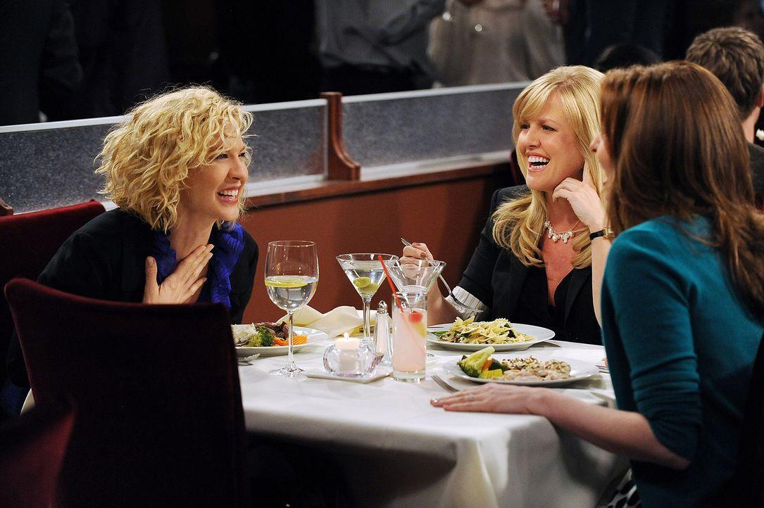 Billie (Jenna Elfman, l.) erzählt Olivia (Ashley Jensen, M.) und Abby (Lennon Parham, r.), dass sie und Zack vereinbart haben, getrennt voneinander... - Bildquelle: 2009 CBS Broadcasting Inc. All Rights Reserved