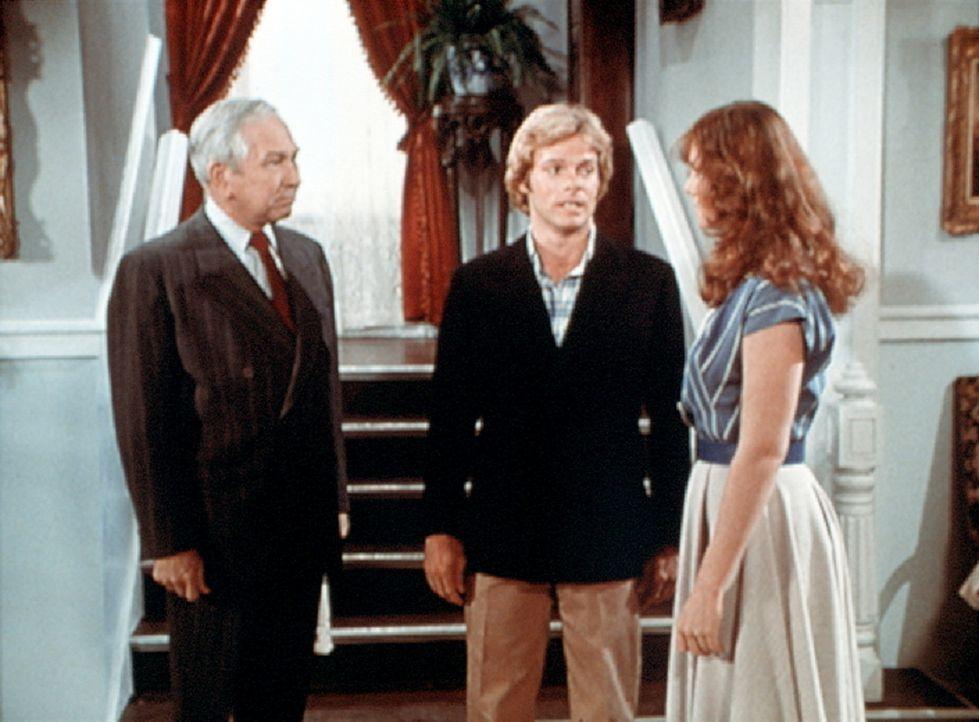 Paul (Morgan Stevens, M.) stellt Erin (Mary Beth McDonough, r.) seinem herrschsüchtigen Vater Wesley (Richard Eastham, l.) vor. - Bildquelle: WARNER BROS. INTERNATIONAL TELEVISION