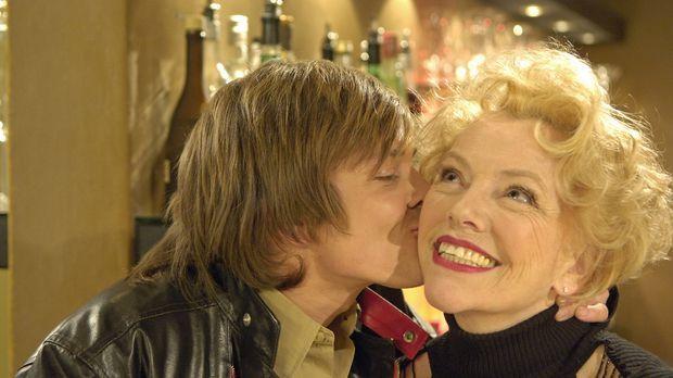 Vincent (Sascha Heymans, l.) bedankt sich bei Leonie (Veronika von Quast, r.)...