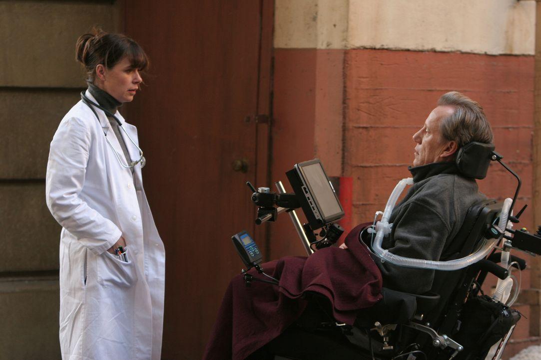 Abby (Maura Tierney, l.) erkennt erstaunt und zugleich erschüttert in Dr. Nate Lennox (James Woods, r.) ihren damaligen Universitätsdozenten und Pro... - Bildquelle: Warner Bros. Television