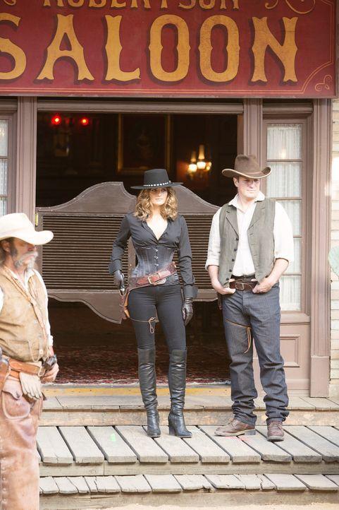 In einem Wild-West-Resort wurde eine junge Frau vergiftet. Castle (Nathan Fillion, r.) und Beckett (Stana Katic, M.) machen sich auf den Weg dorthin... - Bildquelle: ABC Studios