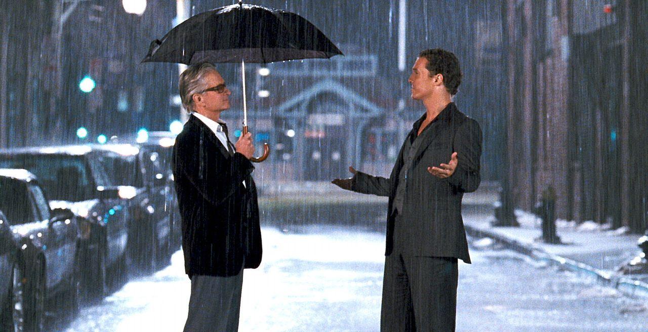 Nachts im Alkoholrausch erscheint dem Frauenhelden Conner (Matthew McConaughey, r.) der Geist seines toten Onkels (Michael Douglas, l.), der ihn auf... - Bildquelle: 2008   Warner Brothers