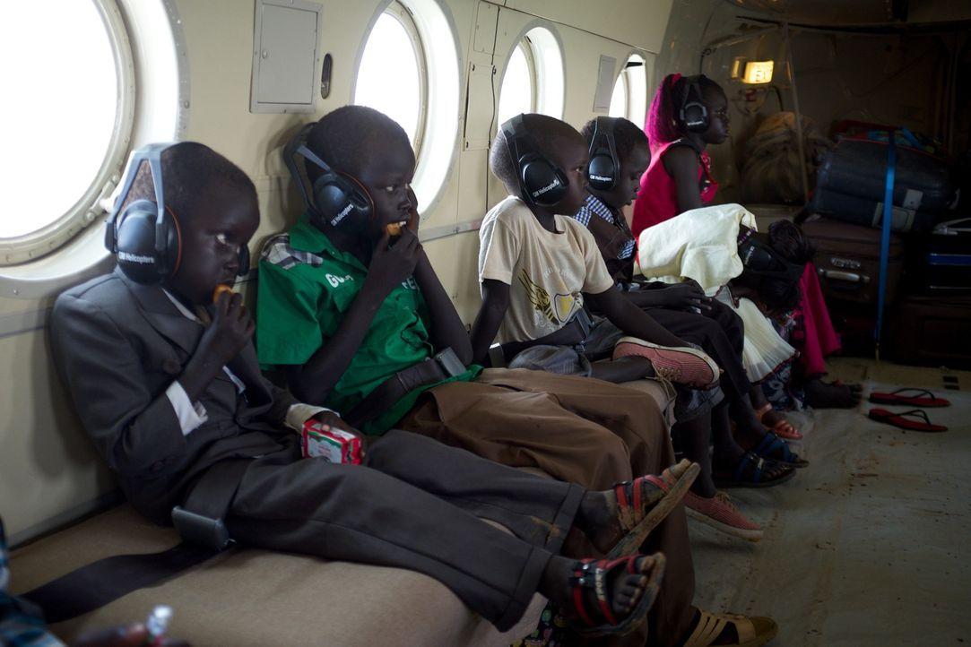 Die Reporter reisen in den Südsudan, um eine Familienführung der besonderen Art zu dokumentieren. Während des brutalen Bürgerkriegs wurden Kinder vo... - Bildquelle: Quicksilver Media