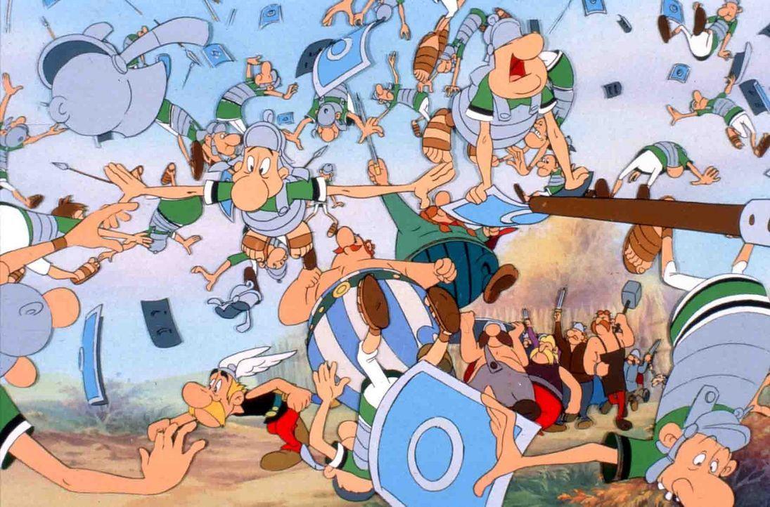 Die beiden Freunde Asterix und Obelix bei ihrer Lieblingsbeschäftigung: Römer verkloppen ... - Bildquelle: Jugendfilm-Verleih GmbH