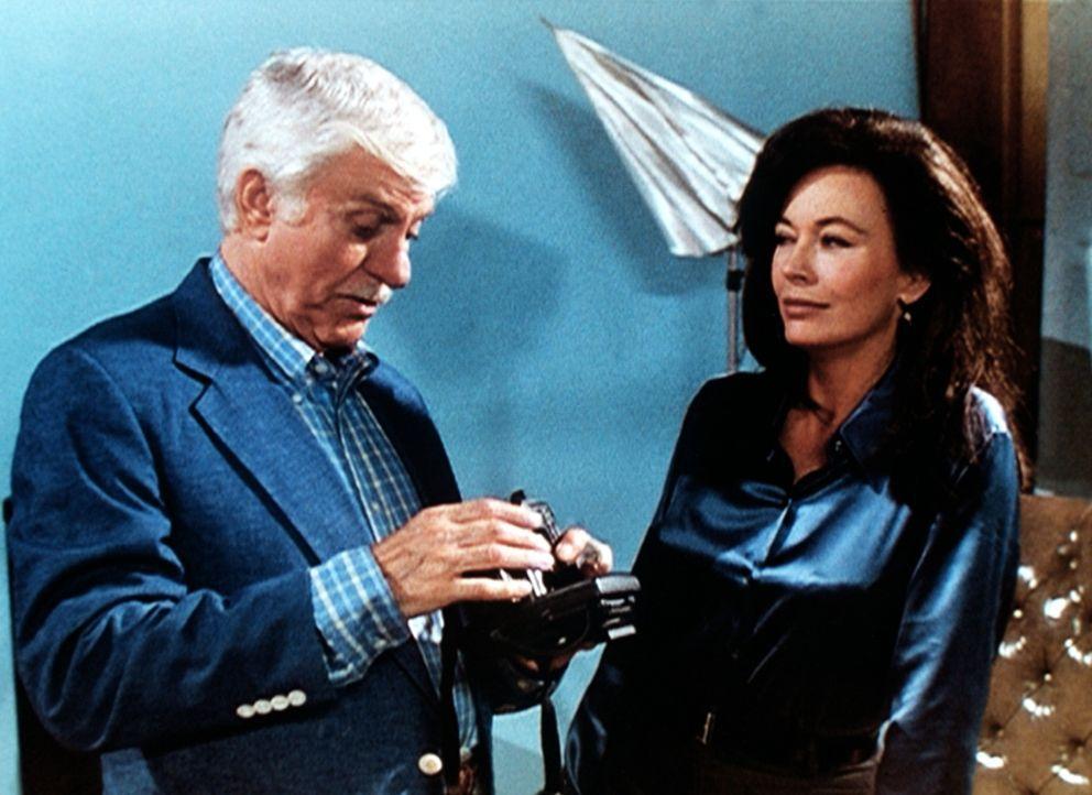 Dr. Mark Sloan (Dick Van Dyke, l.) lässt sich von der tatverdächtigen Fotografin Catherine Windsor (Lesley-Anne Down, r.) eine digitale Spezialkamer... - Bildquelle: Viacom