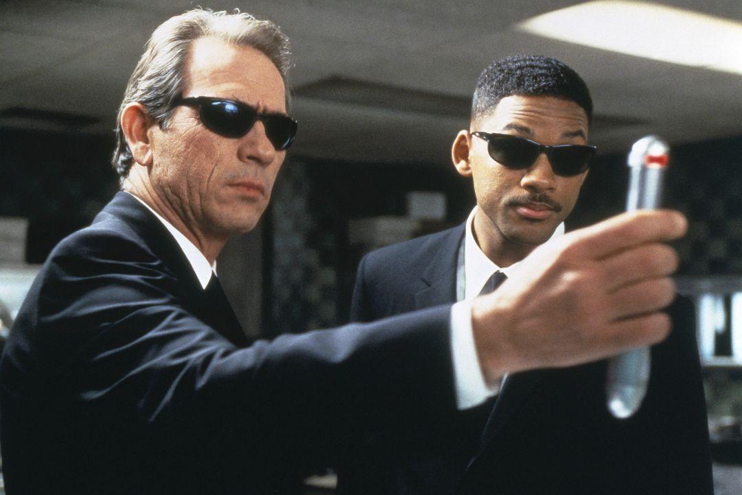 Der humorlose Agent K (Tommy Lee Jones, l.) hat einige Probleme mit seinem neuen Partner J (Will Smith, r.), einem jungen farbigen Cop, der es mit d... - Bildquelle: Columbia TriStar
