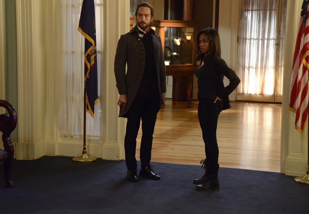 Während Ichabod (Tom Mison, l.) mit einem mysteriösen Mordfall zu kämpfen hat, bekommt Abbie (Nicole Beharie, r.) einen sehr überraschenden Besuch a... - Bildquelle: 2014 Fox and its related entities. All rights reserved
