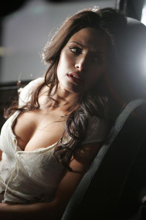 Die Frau in weiss (Sarah Shahi)  ... - Bildquelle: Warner Bros. Television