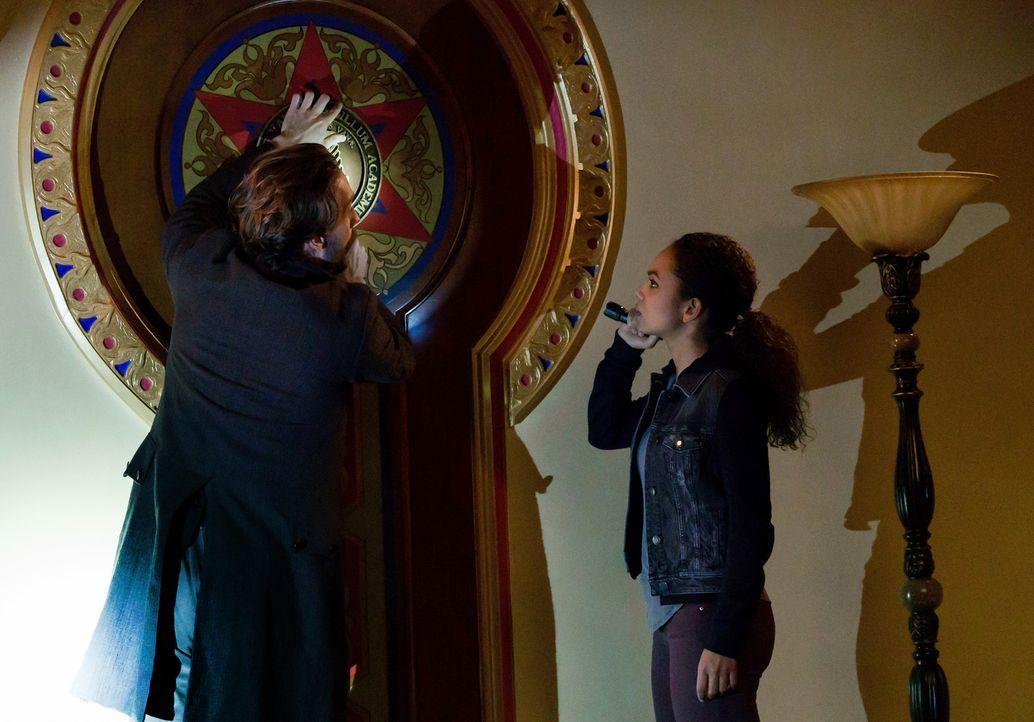Finden Crane (Tom Mison, l.) und Jenny (Lyndie Greenwood, r.) einen Weg, einen wütenden alten Verbündeten vom Morden abzuhalten? - Bildquelle: 2015-2016 Fox and its related entities.  All rights reserved.