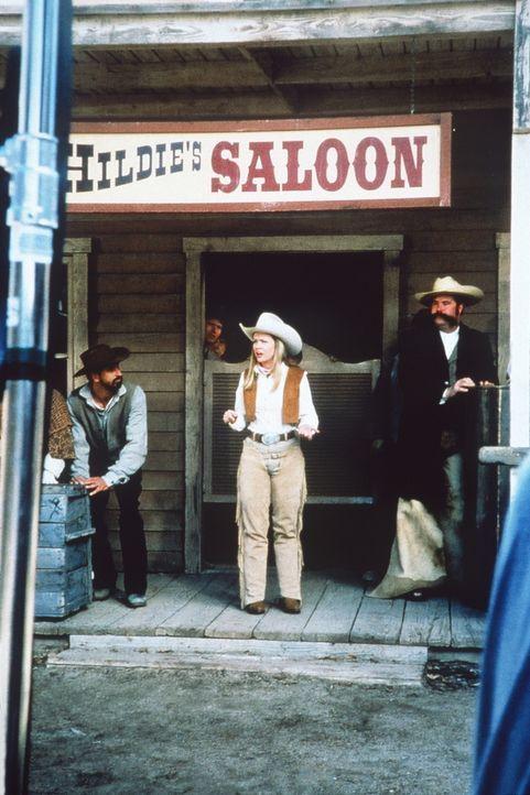 Zur Strafe für ihr aufmüpfiges Verhalten wird Sabrina (Melissa Joan Hart, M.) in den Wilden Westen gezaubert, um dort als Sheriff für Recht und O... - Bildquelle: Paramount Pictures