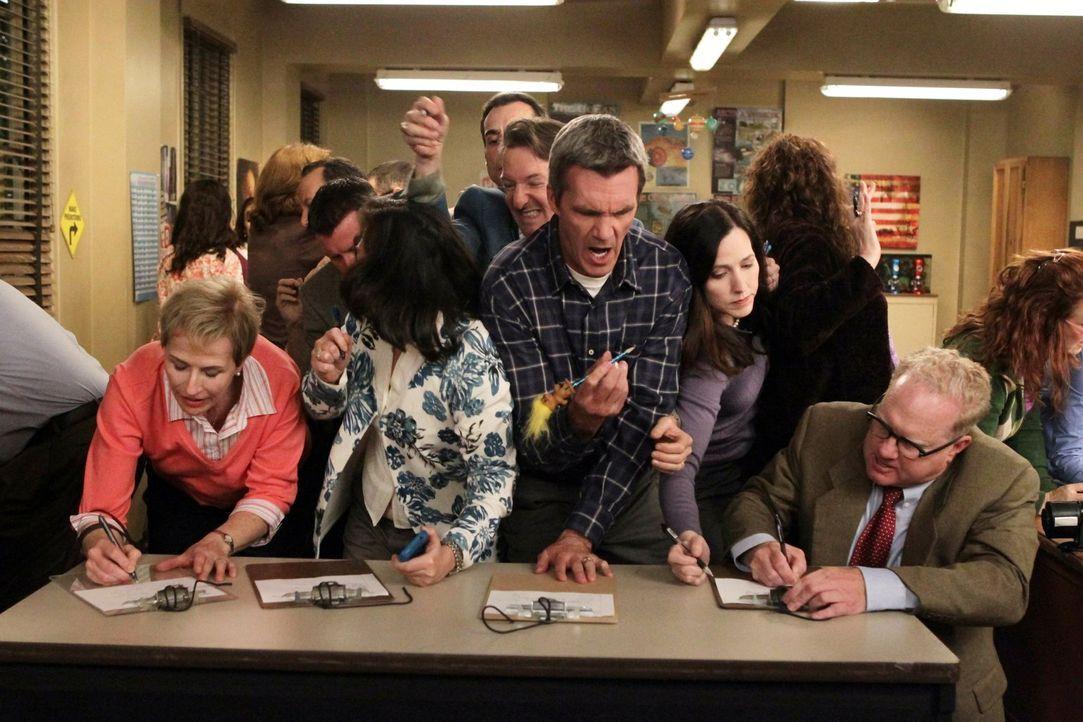 Während Mike (Neil Flynn, M.) auf Bricks Elternabend darum kämpft, sich für die besten Eltern-Aufgaben einzutragen, wird Axl von Sue genötigt, sie ü... - Bildquelle: Warner Brothers