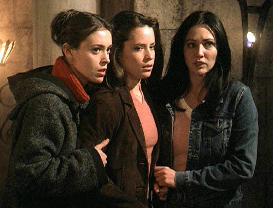 Phoebe (Alyssa Milano, l.), Piper (Holly Marie Combs, M.) und Prue (Shannen Doherty, r.) hoffen, einen gefährlichen Dämon unschädlich machen zu könn... - Bildquelle: Paramount Pictures