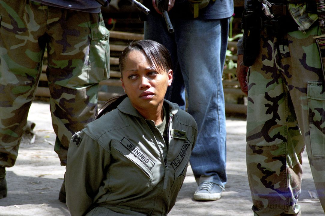 "Gerät in die Hand eiskalter philippinischer Rebellen: die amerikanische ""Eagle One""-Pilotin Amy Jennings (Theresa Randle) ... - Bildquelle: 2005 The Pacific Trust. All Rights Reserved."