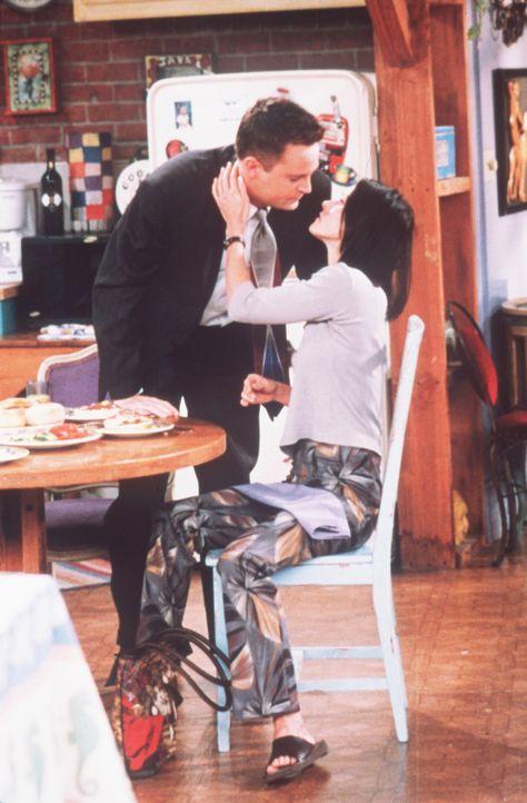 Verliebt küssen sich Chandler (Matthew Perry, l.) und Monica (Courteney Cox, r.). - Bildquelle: TM+  2000 WARNER BROS.