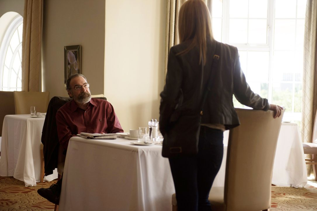 Wird sich Carrie (Claire Danes, r.) auf die Hilfe von Saul (Mandy Patinkin, l.) verlassen können? - Bildquelle: 2014 Twentieth Century Fox Film Corporation