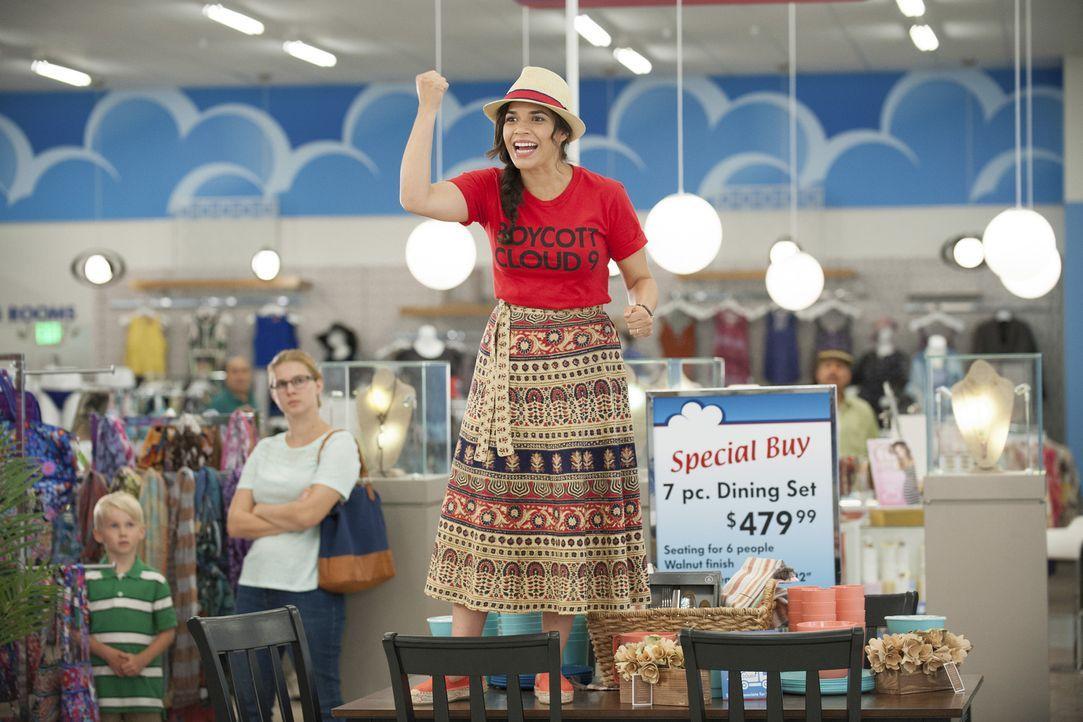 Die Kunden sollen über die Missstände im Unternehmen informiert werden und Amy (America Ferrera) fordert sie zum Boykott der Supermarktkette auf. Zi... - Bildquelle: Colleen Hayes 2016 Universal Television LLC. ALL RIGHTS RESERVED.