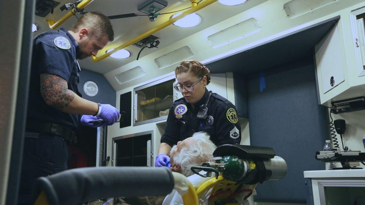 Erste Hilfe: Die EMS-Sanitäter Nick Manning (l.) und Holly Monteleone (r.) versorgen in New Orleans einen älteren Herren und retten ihm damit das Le... - Bildquelle: 2015 Wolf Reality, LLC and 44 Blue Productions, Inc.  All Rights Reserved.