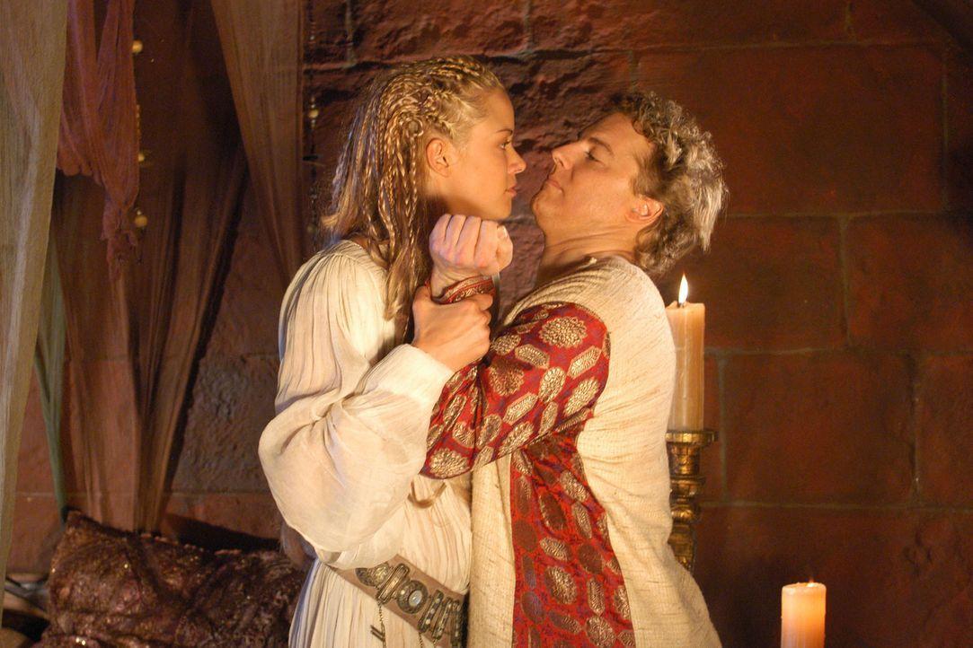 In der Hochzeitsnacht wird Gunther (Samuel West, r.) von seiner Gattin (Kristanna Loken, l.) brüsk abgewiesen. - Bildquelle: Sat.1/© 2004 Tandem Communications/VIP Medienfonds 2&3 TANDEM PRODUCTIONS