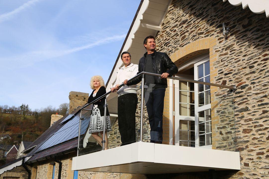 Das Ehepaar Hall(l.)  kaufte ein verlassenes viktorianisches Schulgebäude in West Wales. Die beiden wollten daraus sowohl einen Wohlfühlraum für die... - Bildquelle: D:\Users\hag0001j\Desktop\Restorian  Man\315