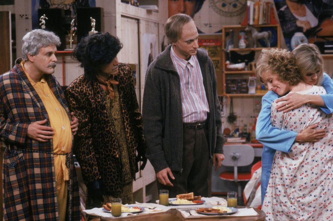 Als die drei Männer eine neue Erziehungsmethode ausprobieren, machen sich Joey (Dave Coulier, l.), Jesse (John Stamos, 2.v.l.) und Danny (Bob Saget,... - Bildquelle: Warner Brothers Inc.