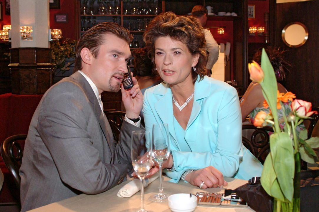 Richard (Karim Köster, l.) erklärt seiner Mutter Sophie (Gabrielle Scharnitzky, r.), was der attraktive Viktor tatsächlich im Schilde führt... - Bildquelle: Monika Schürle Sat.1