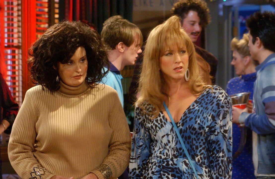 Bei einem College-Treffen stellt sich heraus, das Ross damals versehentlich seine Schwester Monica (Courteney Cox, l.) anstatt Rachel (Jennifer Anis... - Bildquelle: 2003 Warner Brothers International Television