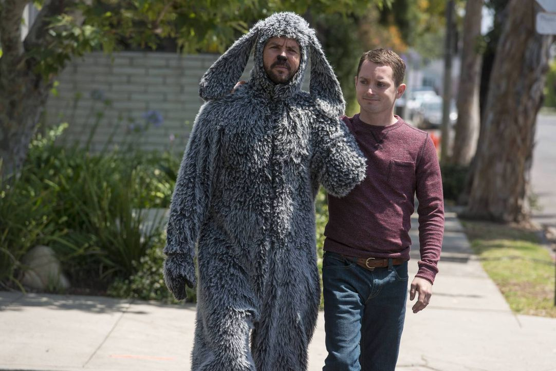Wilfred (Jason Gann, l.) und Ryan (Elijah Wood, r.) ahnen auf dem Weg zum Tierarzt nicht, welche Diagnose sie erwartet ... - Bildquelle: 2014 Fox and its related entities.  All rights reserved.
