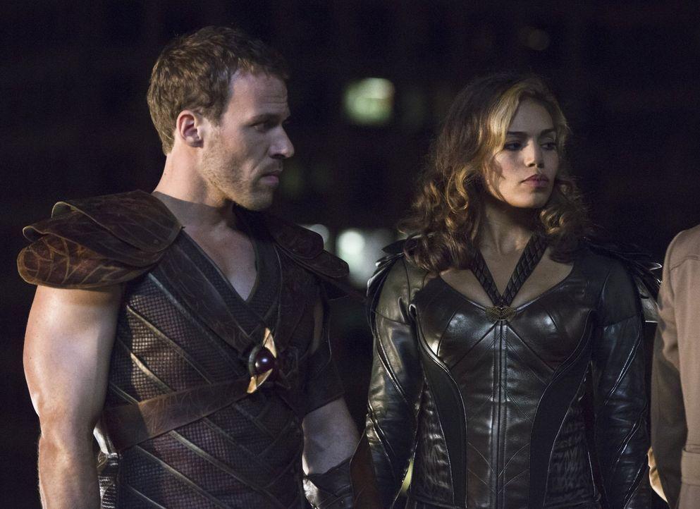 Die Vergangenheit lässt Carter alias Hawkman (Falk Hentschel, l.) und Kendra alias Hawkgirl (Ciara Renée, r.) einfach nicht los. Wenn sie verhindern... - Bildquelle: 2015 Warner Bros.