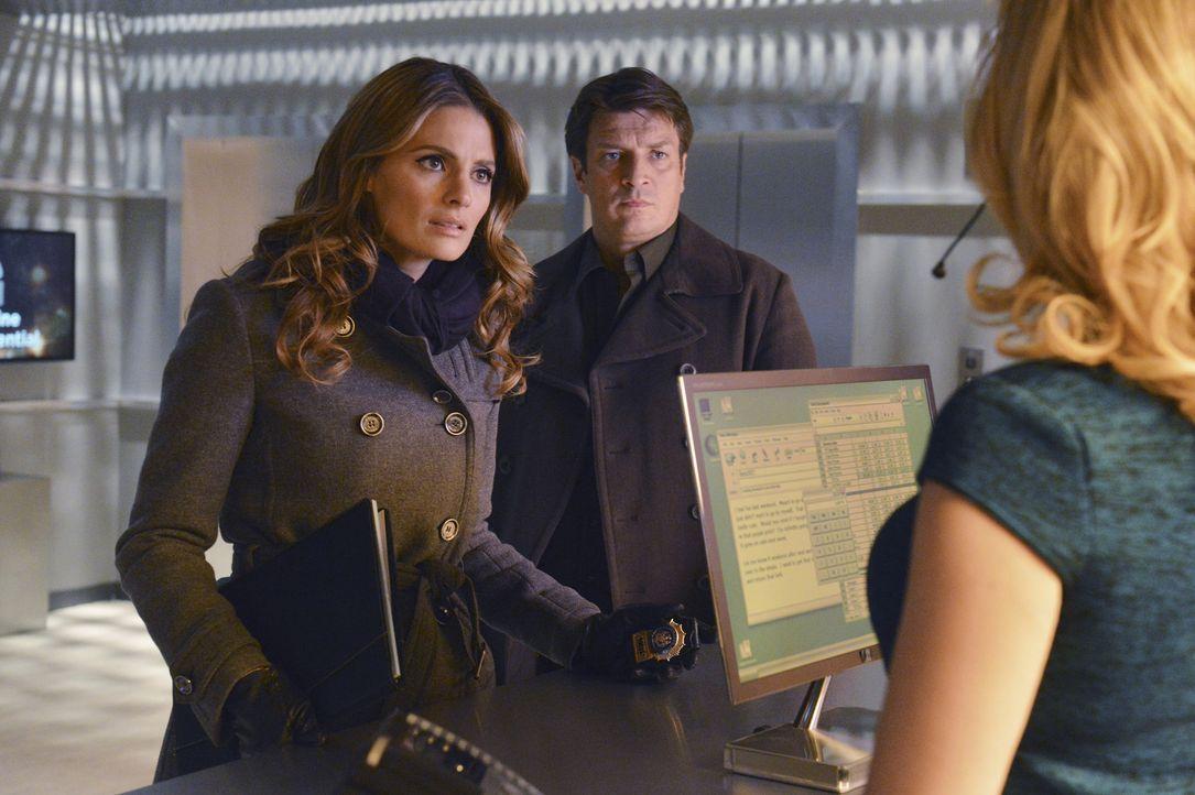 Ein Mordfall scheint für Beckett (Stana Katic, l.) und Castle (Nathan Fillion, M.) schnell gelöst zu sein, doch dann haben sie plötzlich drei Gestän... - Bildquelle: 2013 American Broadcasting Companies, Inc. All rights reserved.