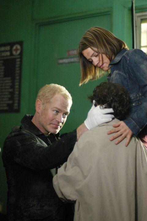 Connor (Neal McDonough, l.) und Eva (Anna Belknap, r.) untersuchen eine Jungen, der bei einem Erdbeben verletzt wurde ... - Bildquelle: CBS Television