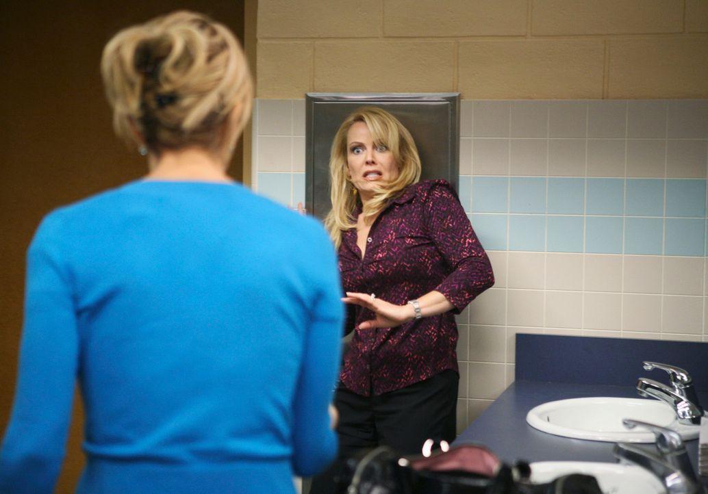 Als sich Anne Schilling (Gail O'Grady, r.) bei Lynette nach ihrer Familie erkundigt, kann sich Lynette (Felicity Huffman, l.) nicht länger zurückhal... - Bildquelle: ABC Studios