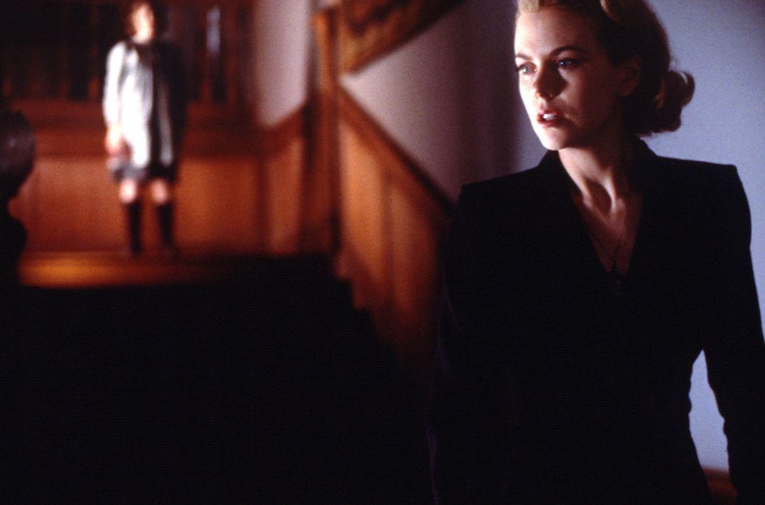 Die rigorose Ordnung von Grace (Nicole Kidman, r.) wird anhaltend erschüttert, als sie und die Kinder mit Wahrheiten konfrontiert werden, die sie s... - Bildquelle: Miramax Films