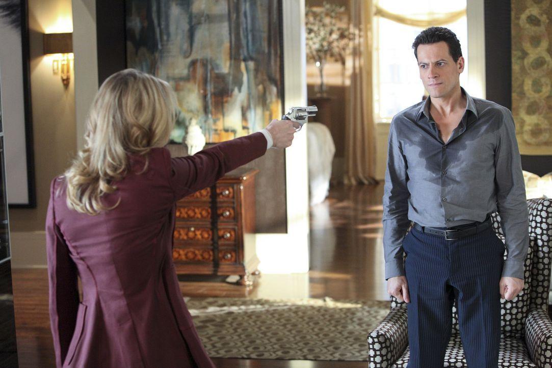 Wird Catherine (Andrea Roth , l.) ihre Drohung wahr machen und Andrew (Ioan Gruffudd, r.) erschießen? - Bildquelle: 2011 THE CW NETWORK, LLC. ALL RIGHTS RESERVED