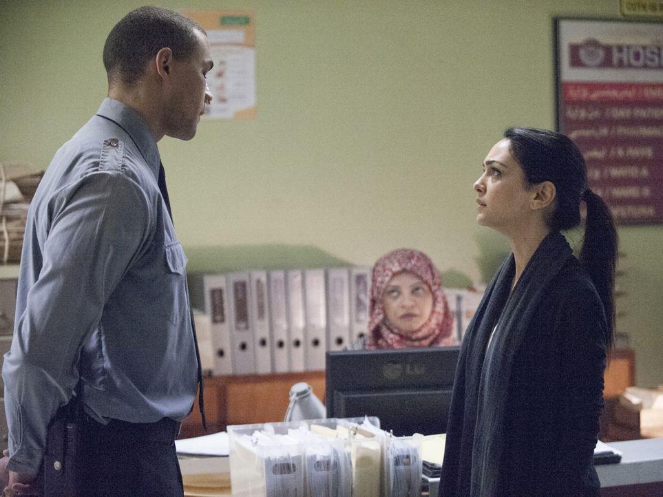 Um eine neue Spur zu Haqqani zu bekommen, versucht Fara (Nazanin Boniadi, r.), weitere Informationen zu bekommen. Doch der Sicherheitsmann (Vaughn L... - Bildquelle: 2014 Twentieth Century Fox Film Corporation