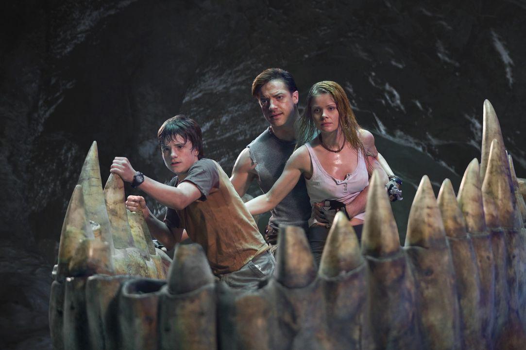 Erleben das Abenteuer ihres Lebens: Der Vulkanologe Trevor (Brendan Fraser, M.), sein Neffe Sean (Josh Hutcherson, l.) und Hannah (Anita Briem, r.),... - Bildquelle: Warner Bros.