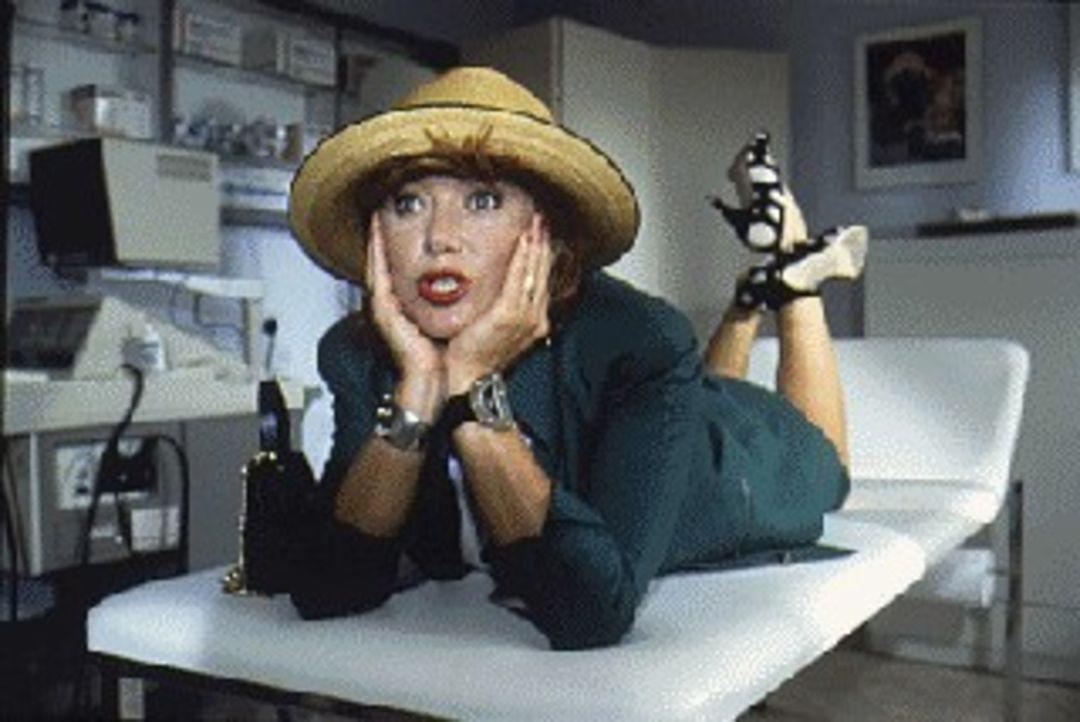 """Dr. Burgners Freundin Rosi (Jutta Speidel) ist wie ein """"Kolibri im Schafstall"""". Dennoch plant sie den Umzug von München zu ihm in die Berge ... - Bildquelle: SAT.1"""