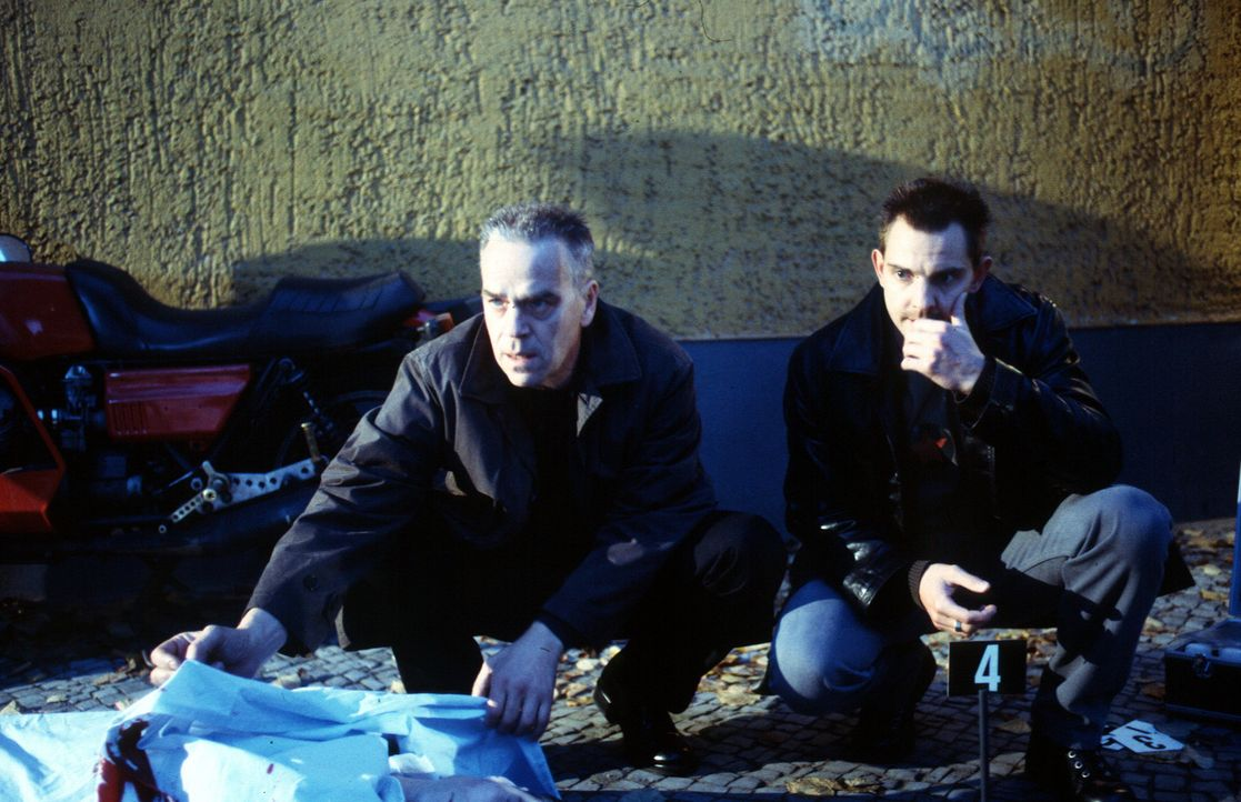 Kommissar Wolff (Jürgen Heinrich, l.) und Tom Borkmann (Steven Merting, r.) können sich nicht erklären, warum ein scheinbar harmloser Unfall für Fre... - Bildquelle: Leslie Haslam Sat.1