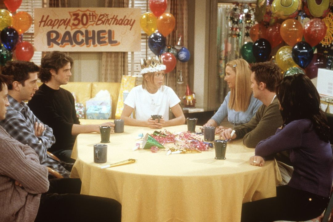 Rachel (Jennifer Aniston, M.) ist an ihrem dreißigsten Geburtstag todunglücklich. Auch ihre Freunde, (v.l.n.r.) Joey (Matt LeBlanc), Ross (David S... - Bildquelle: TM+  2000 WARNER BROS.