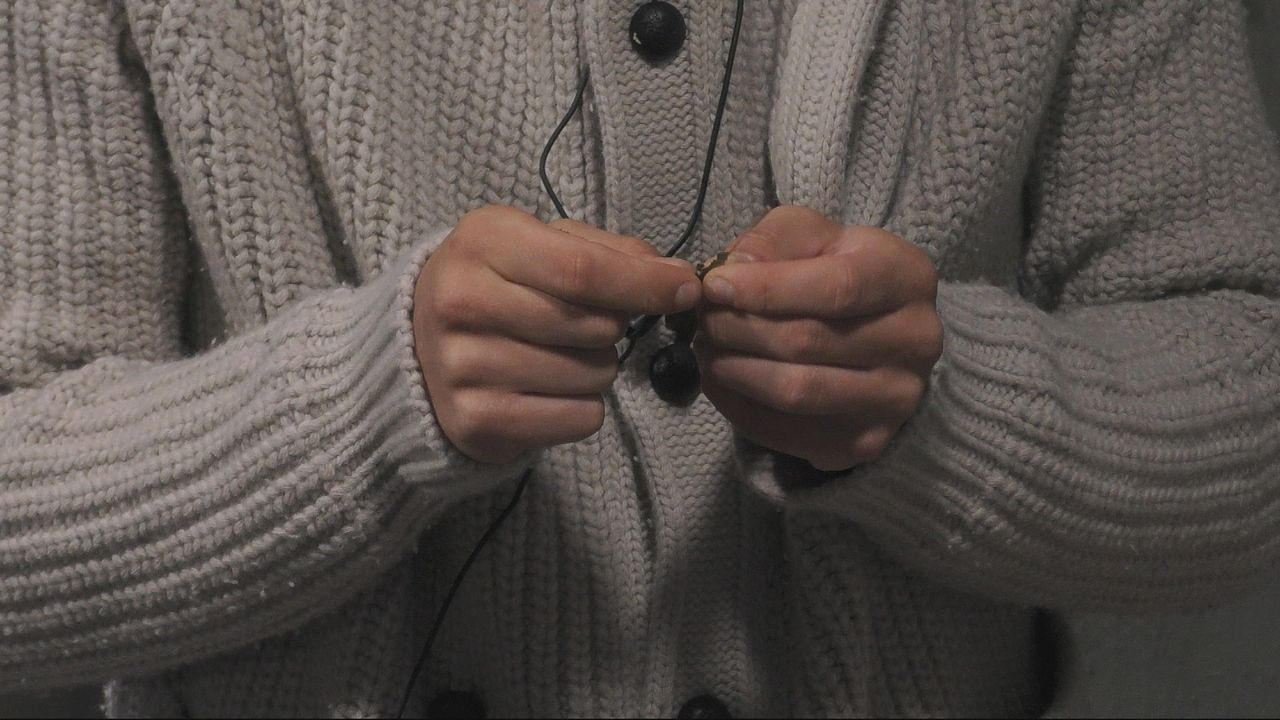 Dominik dreht Zigarette mit Blatt - Bildquelle: SAT.1