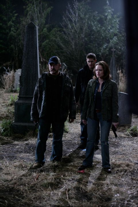 Gemeinsam versuchen sie, die Dämonen zu stoppen: Dean (Jensen Ackles, M.), Bobby (Jim Beaver, l.) und Ellen (Samantha Ferris, r.) ... - Bildquelle: Warner Bros. Television