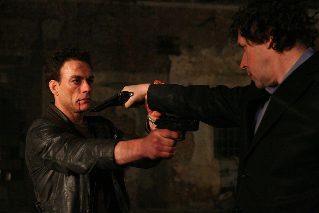Als Anthony Stowe (Jean-Claude Van Damme, l.) Monate später aus dem Koma wieder aufwacht, scheint er wie ausgewechselt. Er will nur noch Gangsterbo...