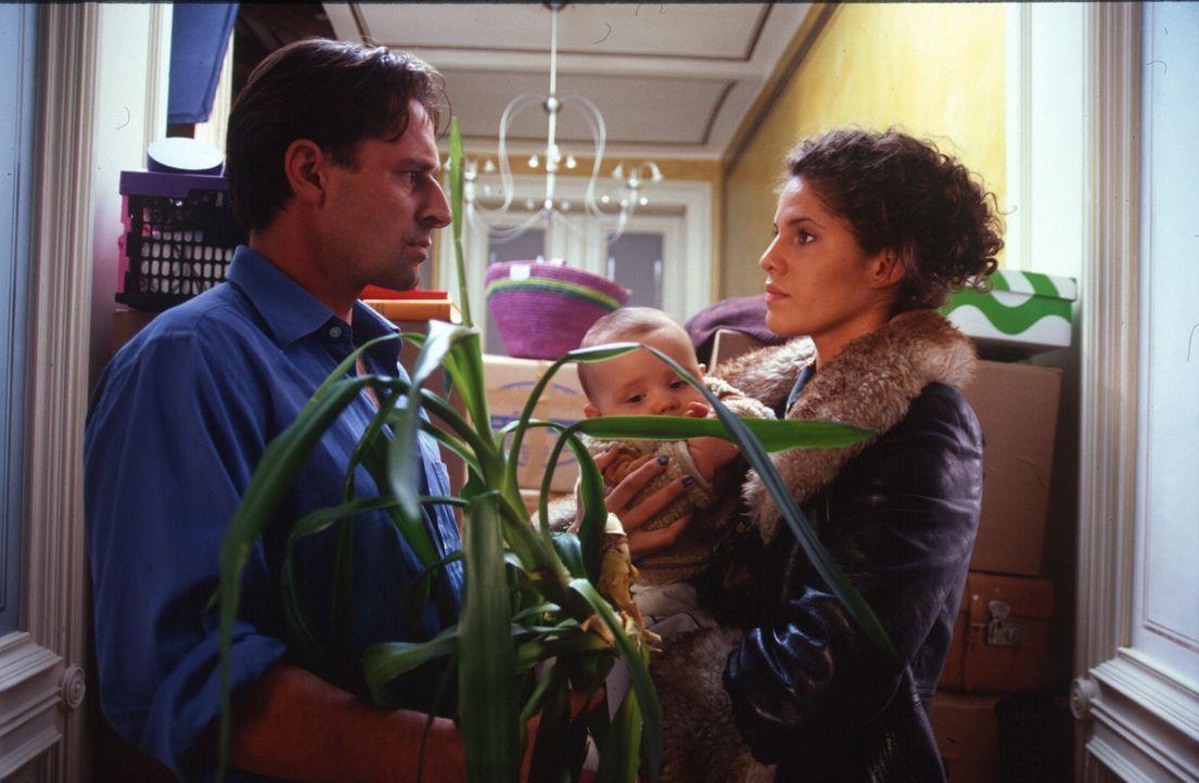 Julia (Jasmin Gerat, r.) weiß nicht mehr, wie sie mit Benjamins (Max Tidof, l.) Gefühlsausbrüchen umgehen soll. Sie kündigt ihren Job als Kindermädc... - Bildquelle: Rolf Baumann Sat.1