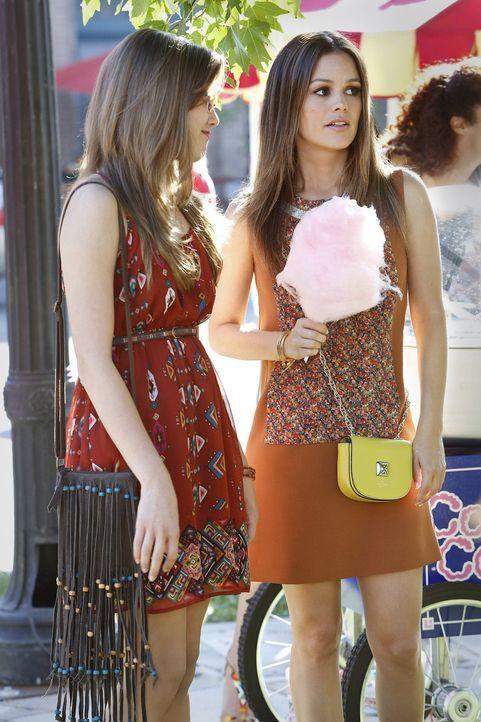 Als Rose (McKaley Miller, l.) Zoe (Rachel Bilson, r.) für das BluebellApalooza engagiert, muss diese sich von ihren Vorsätzen verabschieden ... - Bildquelle: Warner Bros.
