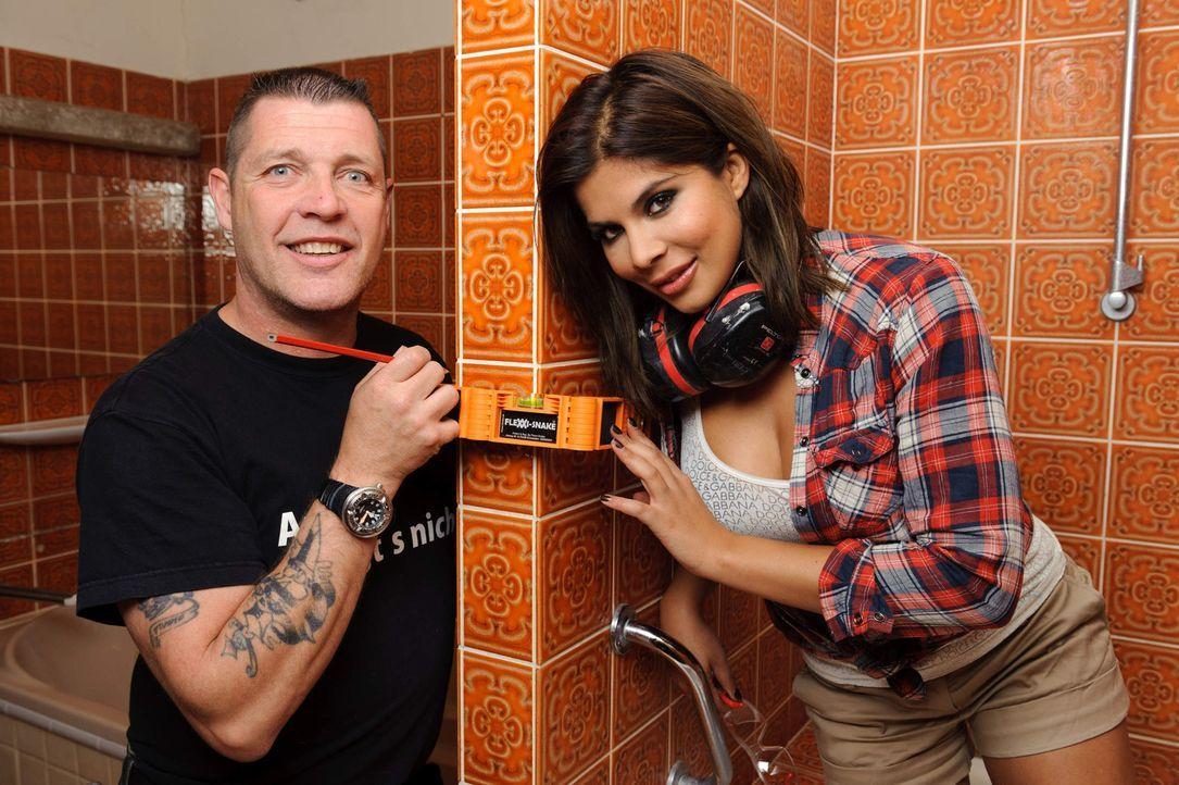 Ex-Bro'Sis-Sängerin Indira Weis (r.) will das Badezimmer ihrer Eltern umgestalten. Damit sie bei diesem Vorhaben nicht baden geht, steht ihr Super-... - Bildquelle: kabel eins