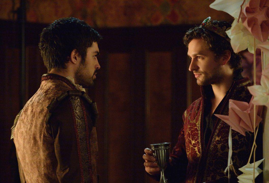 Auch Mary zuliebe wird Condé (Sean Teale, l.) seinen Bruder Antoine (Ben Aldridge, r.) nicht ausspionieren. Doch, dass der König von Navarre etwas p... - Bildquelle: Ben Mark Holzberg 2014 The CW Network, LLC. All rights reserved.