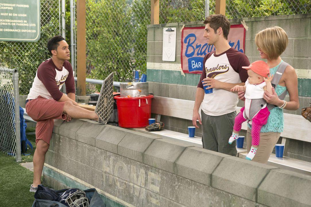 Ben (Jean-Luc Bilodeau, 2.v.l.) und Tucker (Tahj Mowry, l.) sind von Riley (Chelsea Kane, r.) genervt, die als Coach ihres Softball-Teams laute Töne... - Bildquelle: Bruce Birmelin ABC Family