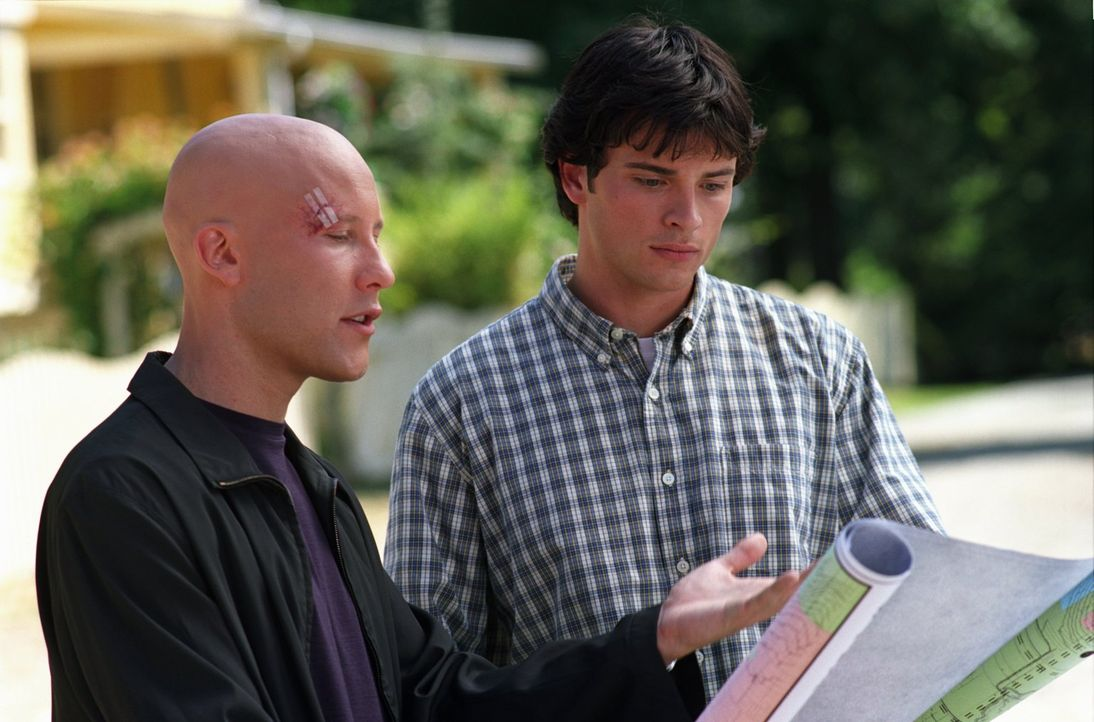 Lex (Michael Rosenbaum, l.) und Clark (Tom Welling, r.) erkennen, dass nach dem verheerenden Tornado in Smallville nichts mehr so ist, wie es war ... - Bildquelle: Warner Bros.